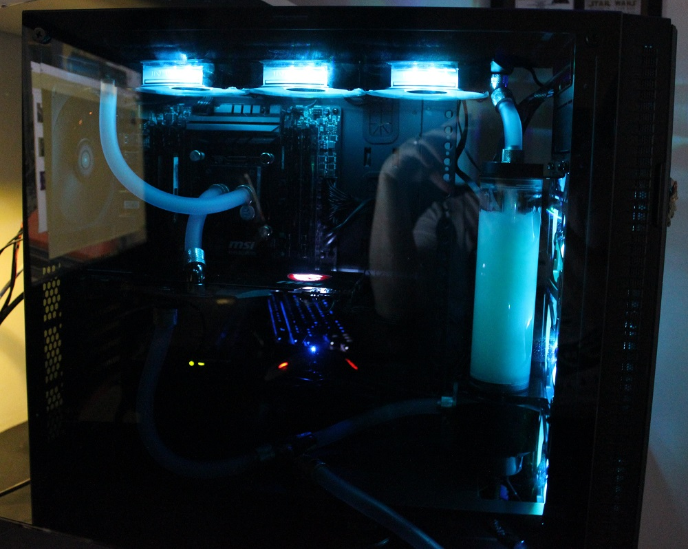 Aerocool quartz pro with side panel powered on